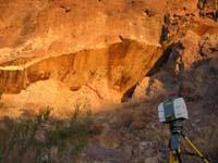 (Un instrumento LIDAR, realizando escaneos de una falla expuesta en el Dicie Valley de Nevada.) (Foto: E. Brodsky)
