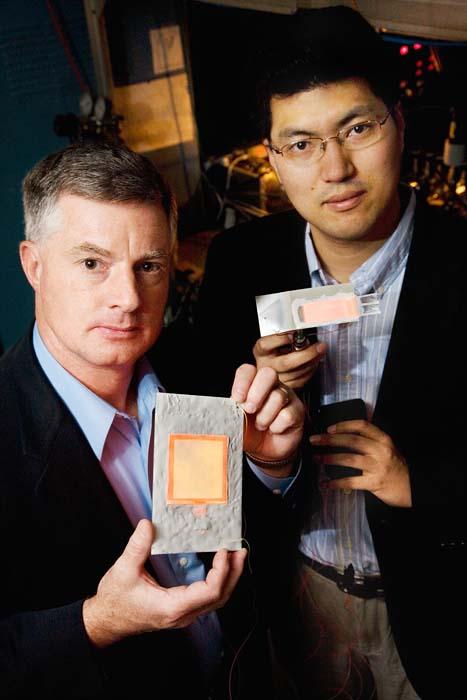 (Gary Eden, a la izquierda, y Sung-Jin Park, han trabajado en el invento.) (Foto: L. Brian Stauffer)