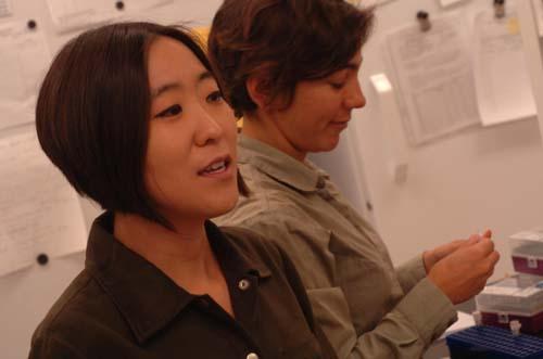 (Cheryl Hayashi, a la izquierda, y Nadia Ayoub.) (Foto: UCR Strategic Communications)