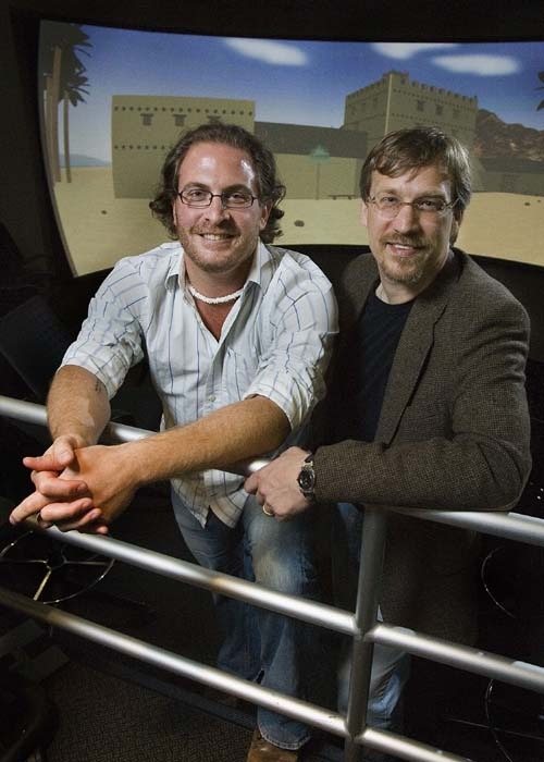 (Robert R. Cargill y William M. Schniedewind, frente a su modelo virtual.) (Foto: Reed Hutchinson/UCLA)